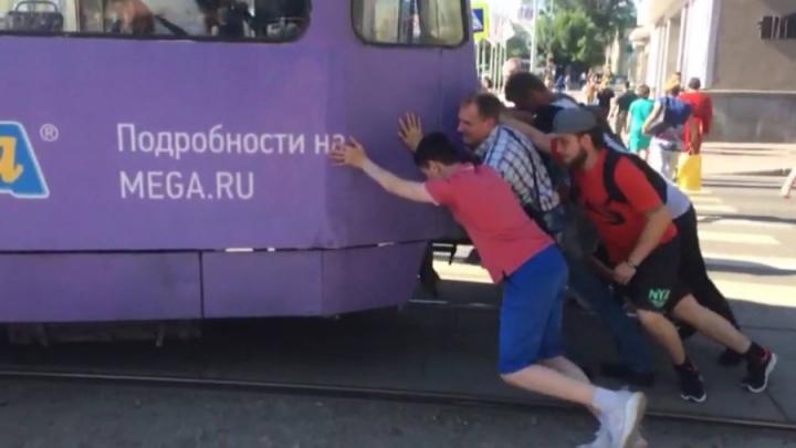 В Екатеринбурге разыскивают мужчин, которые вытолкали застрявший у Музкомедии трамвай