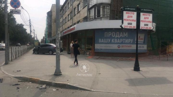Hyundai вылетел на тротуар и врезался в здание после ДТП на Красном проспекте