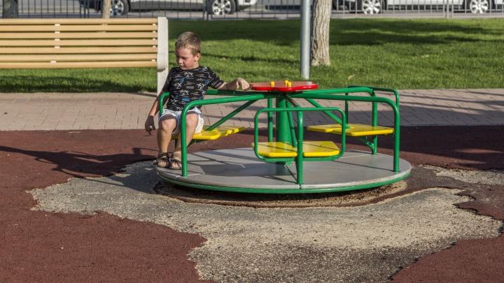 Смертельно опасный фонтан и дырявая площадка: рассказываем, как дела у нового парка «Сказка»