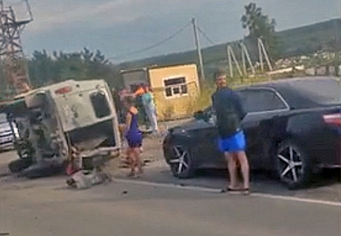 От удара одна из машин упала на бок