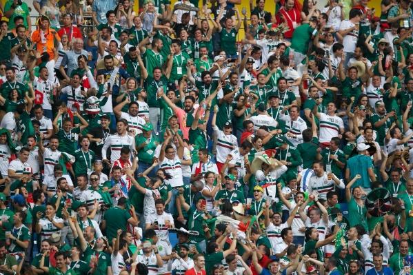 Трибуны радуются победе сборной Мексики!