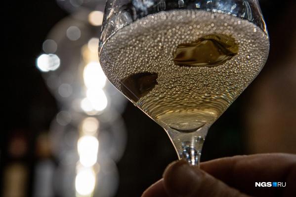 Участникам дегустации пришлось опираться только на собственные ощущения — они не знали сколько стоит и где произведено вино, которое находится у них в бокале