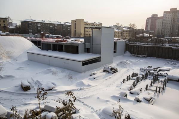 Пока стройплощадка лежит под слоем снега, техники на ней нет