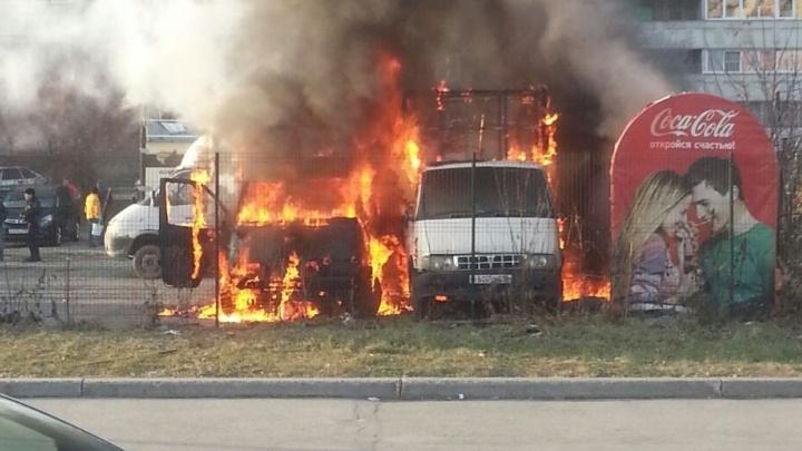 На Сортировке сгорели две ГАЗели и будка автостоянки