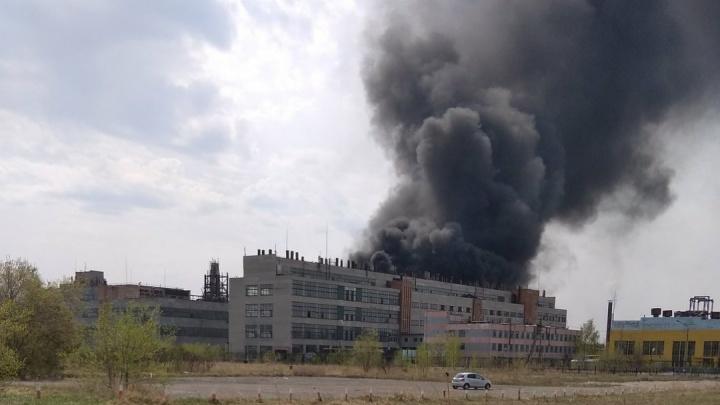 В Омске загорелся завод пластмасс