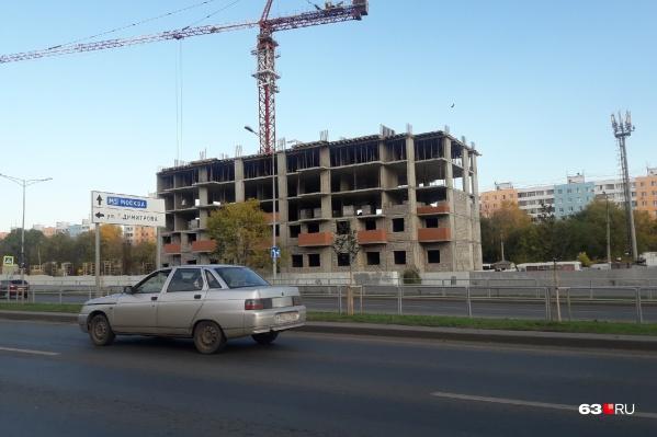 Одна многоэтажка напротив магазина «выросла» над землей на пять этажей