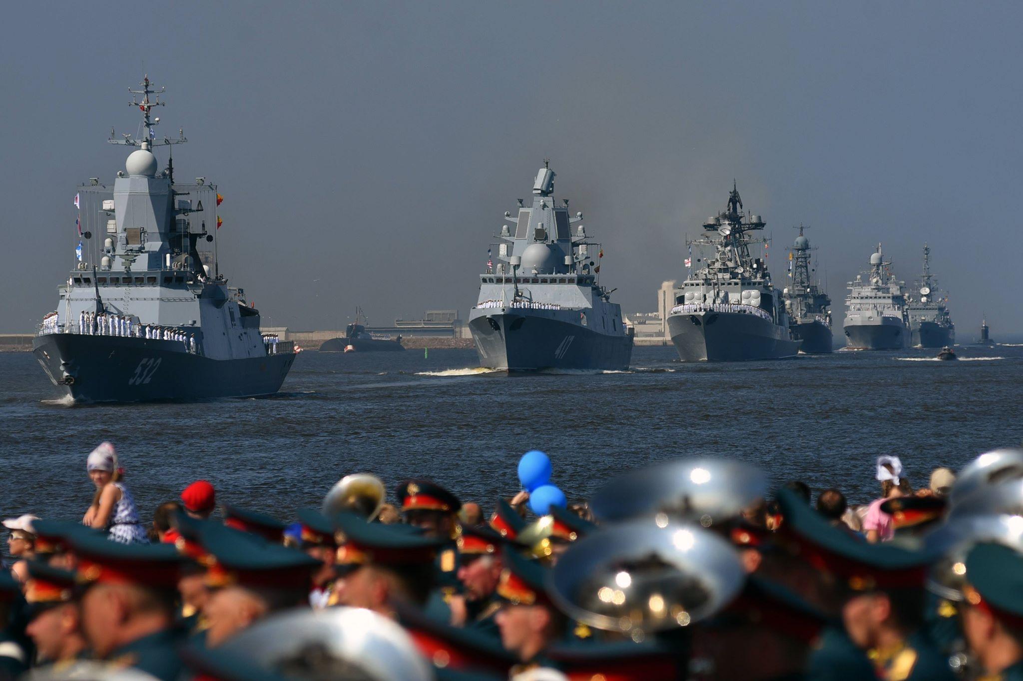 Фрегат «Адмирал флота Советского Союза Горшков» (в центре) уже оснащен системой«Филин»