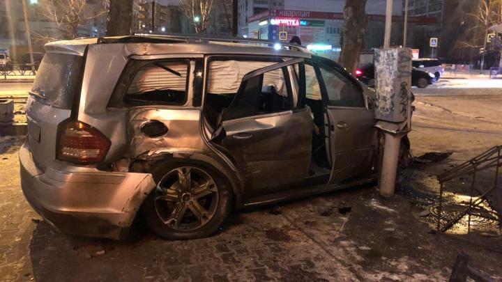 На улице Блюхера водитель Range Rover после столкновения с Mercedes убежал с места аварии
