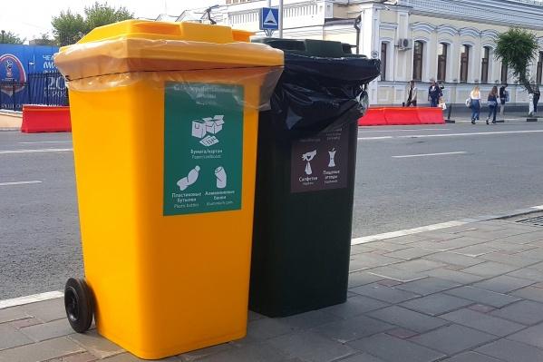 Желтый предназначен для пластика и алюминия, а зеленый— для пищевых отходов