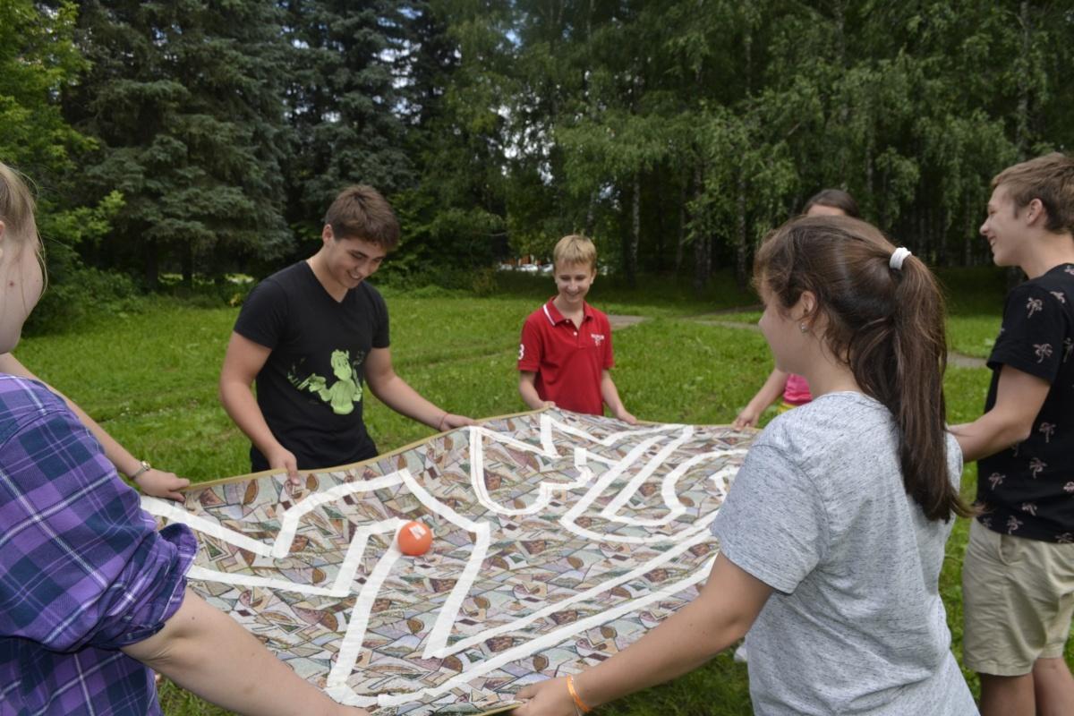 Как в реальной жизни: в летнем лагере детей научат расшифровывать анализы и создавать духи