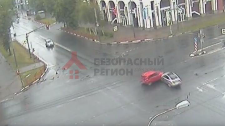 Появилось видео ДТП, где машина улетела в торговый центр