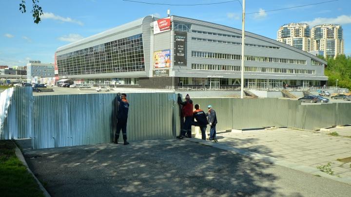 Дворец спорта огородили профлистом и начали реконструировать