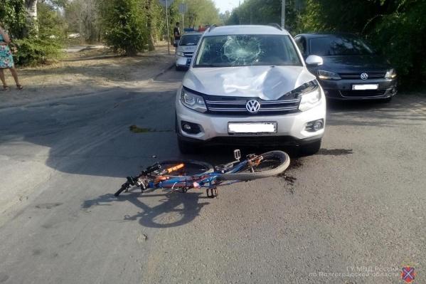 После серьезного удара велосипедист упал на машину