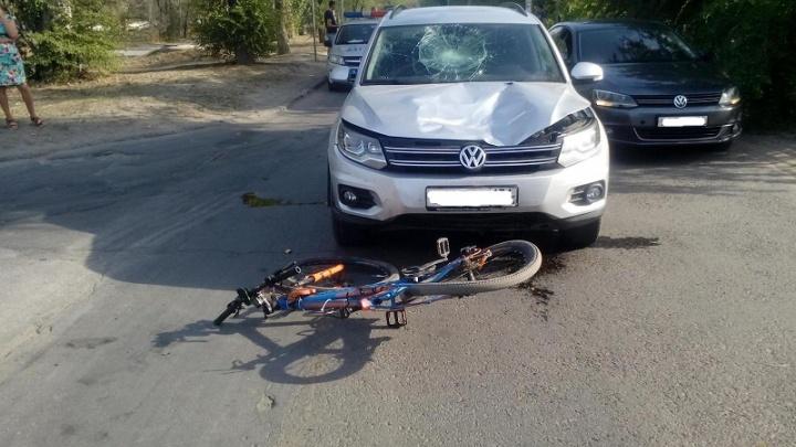 Ехал по переходу: в Волжском иномарка снесла молодого велосипедиста