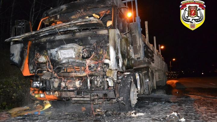 Под Ачинском из-за замыкания выгорел КамАЗ