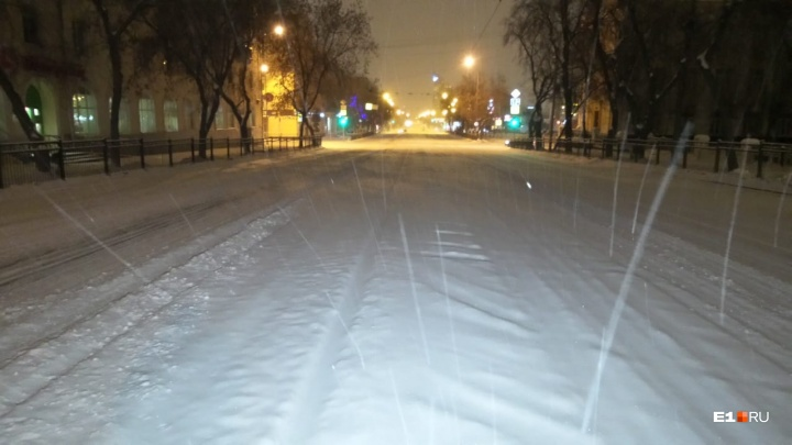 Счищаем снег и готовимся к пробкам: за ночь дороги в Екатеринбурге замело