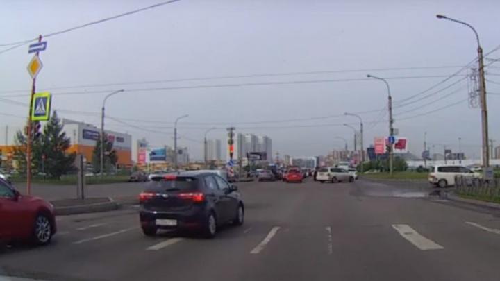 «Стадное чувство»: массовый выезд на красный засняла камера видеорегистратора