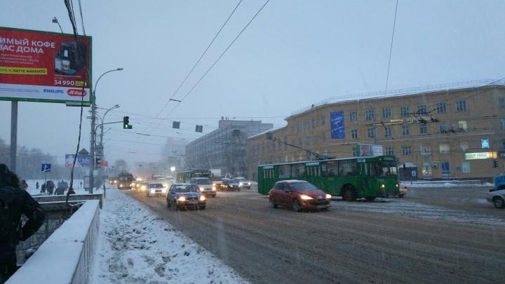 На улице Кирова рядом с Восходом остановились троллейбусы