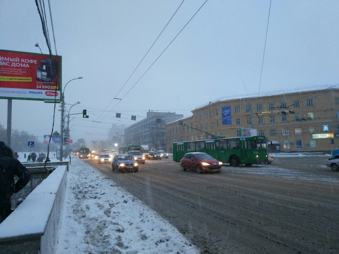 На Кирова стояли подряд 5 троллейбусов