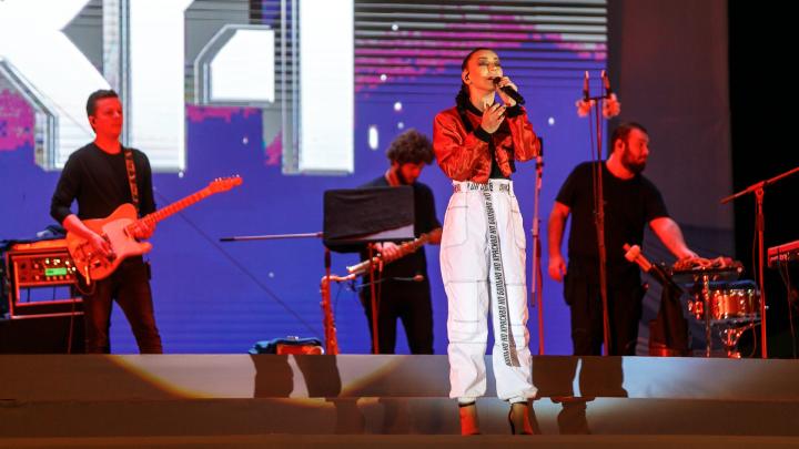 «Ой, котятки, — так опасно!»: концерт Ёлки и салют завершили День города в Волгограде — фоторепортаж