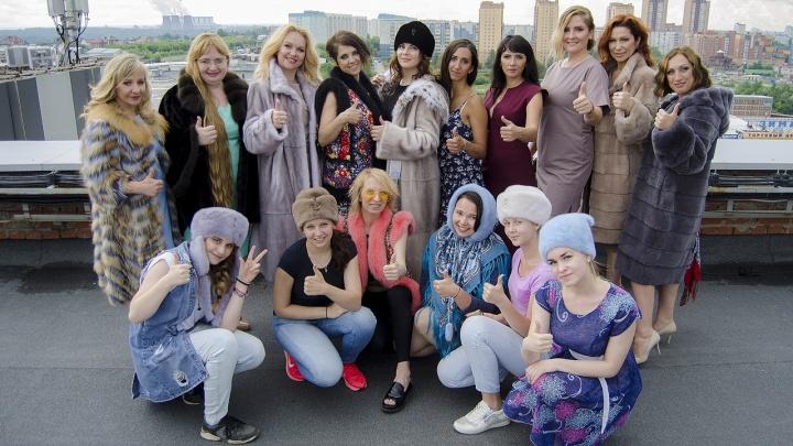 Новосибирские бизнес-леди в шубах забрались на крышу торгового центра