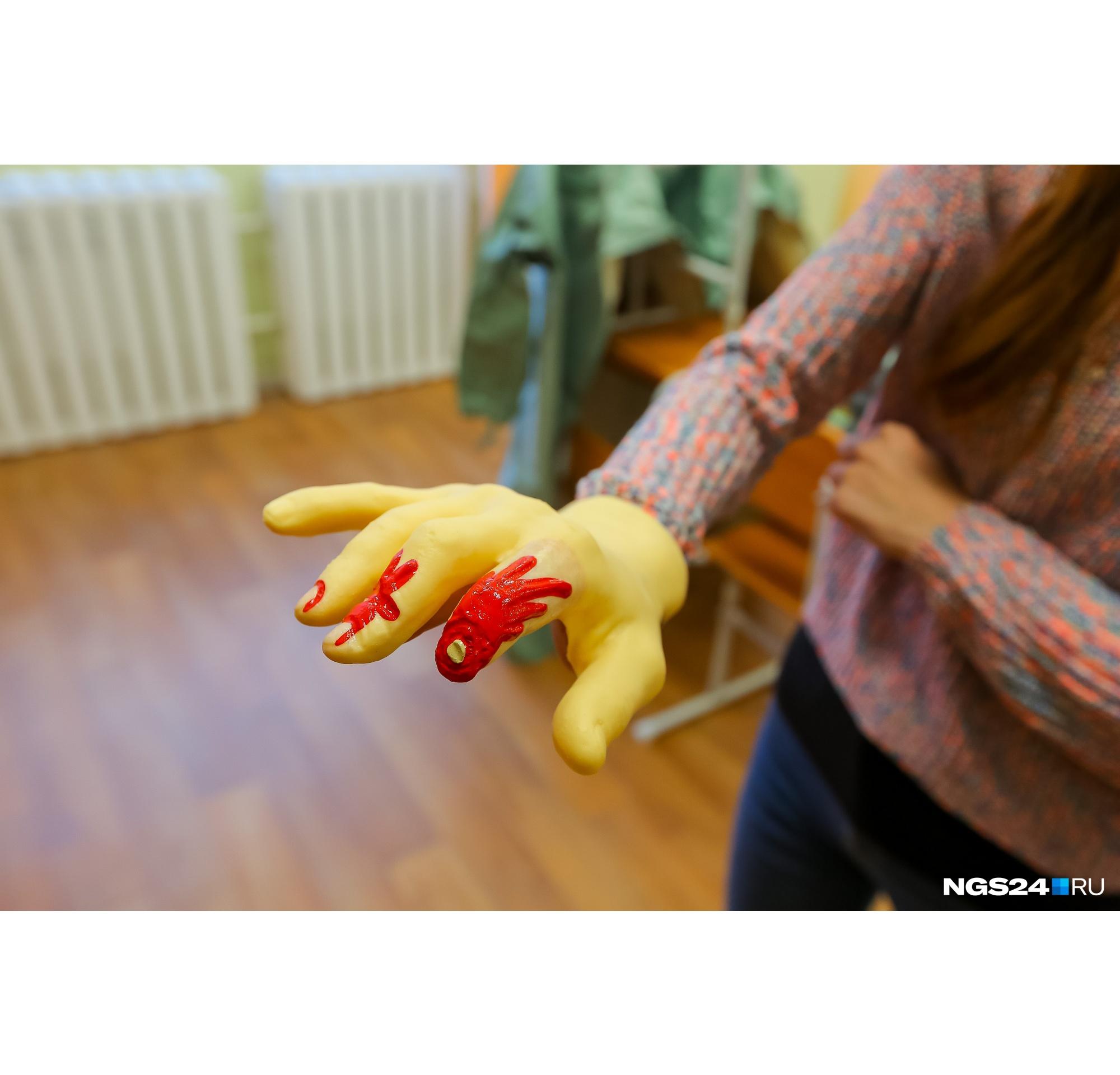Рука из набора имитаторов ранений и поражений