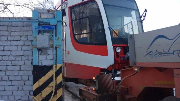 Трамвай, поставленный на обкатку из Усть-Катава в Волгоград, застрял в воротах депо