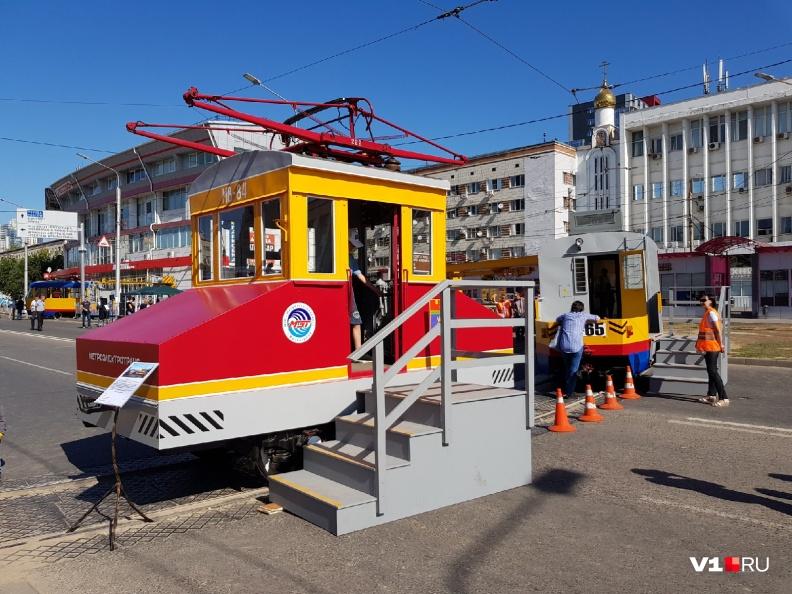 Со стороны похож на паровоз детской железной дороги