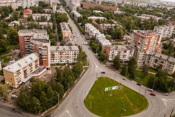 Круговые перекрёстки могут иметь самые причудливые формы: например, этот напоминает каплю (Архангельск)