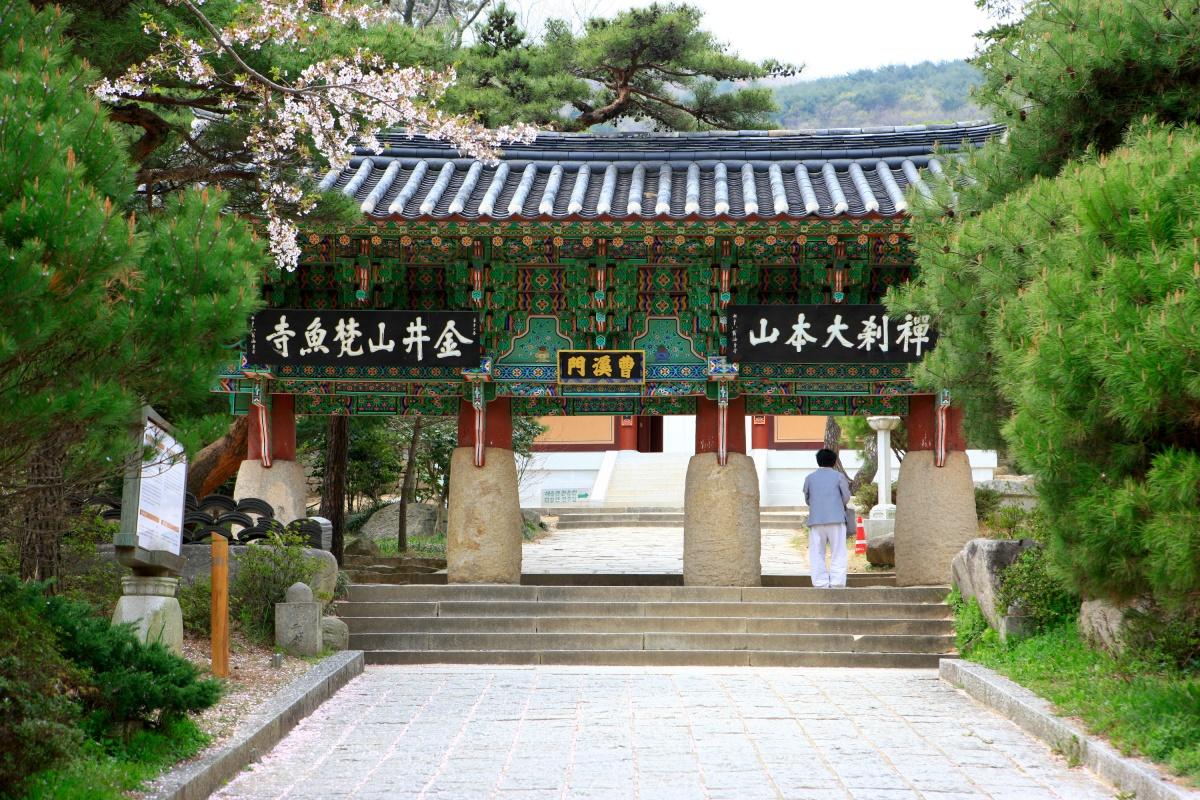 Храм Помоса, построенный в 678 году. Он находится на гореКымджонсан, самой высокой вПусане