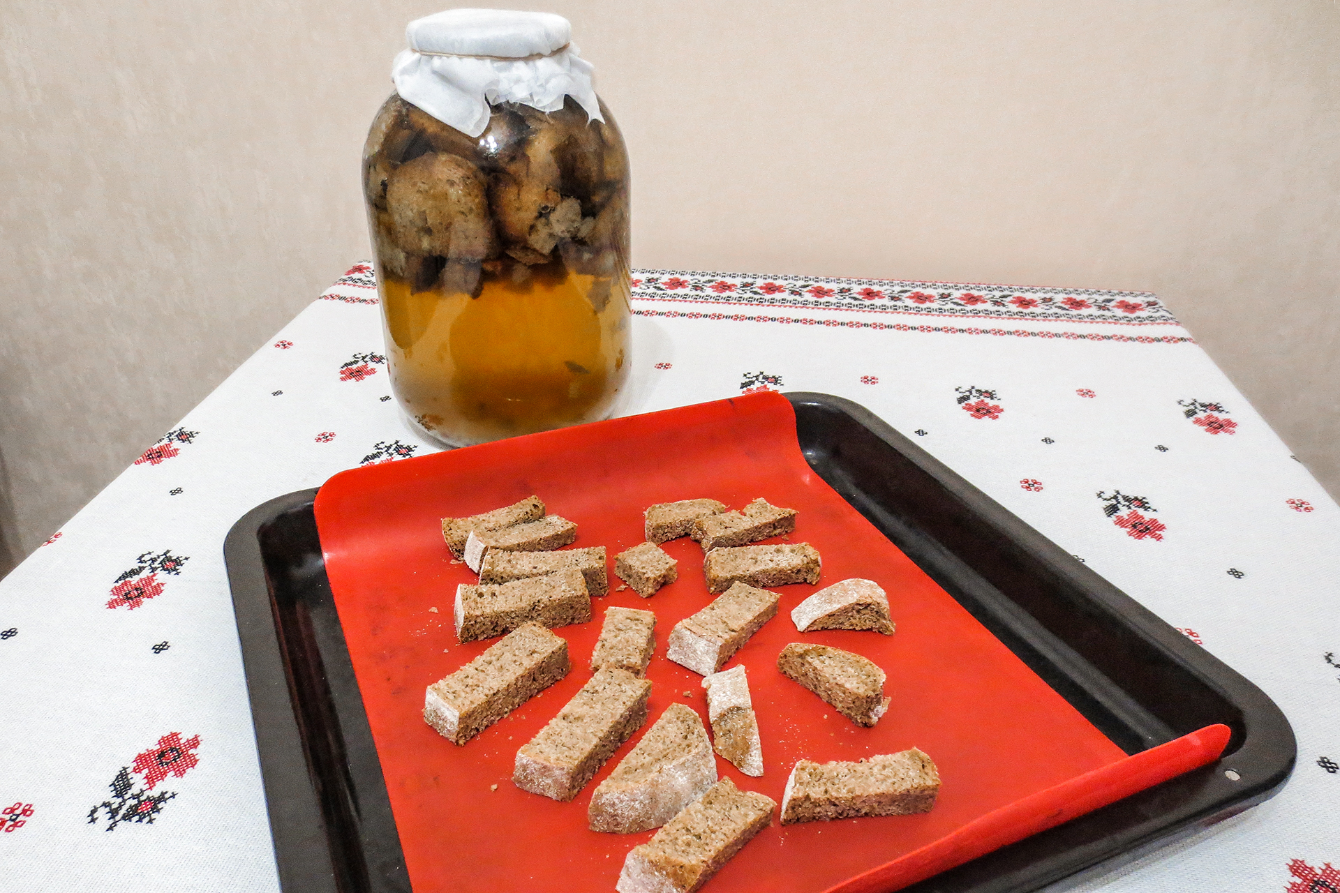 Сухари — незаменимая (ну, почти) составляющая кваса. Хотите напиток потемнее? Берите ржаной хлеб. Для белого, окрошечного кваса пойдёт и белый