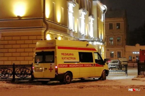 У здания дежурит машина медицины катастроф