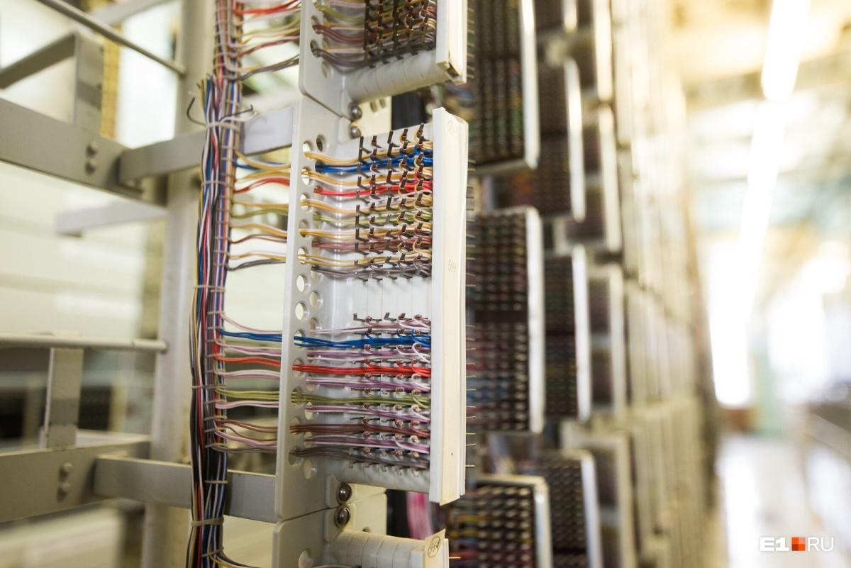 Чтобы перевести абонентов на семизначку, инженеры перепаивали кабели в этих щитах. Это делали заранее, но ставили изоляцию-заглушку. В ночь на 28 февраля изоляцию убрали и АТС начала работать по новой схеме