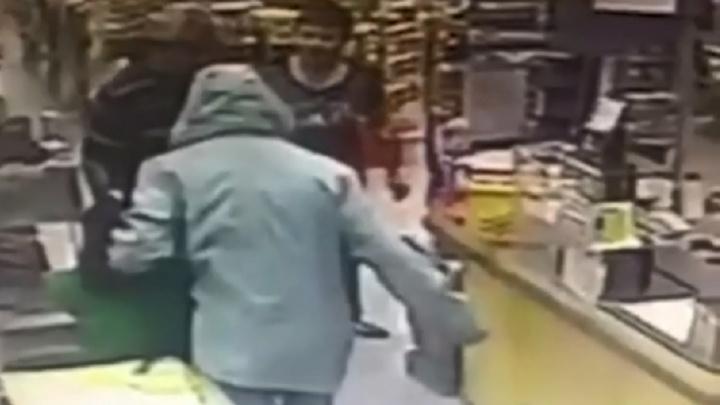 Появилось видео вооруженного нападения на круглосуточный магазин в Волгограде