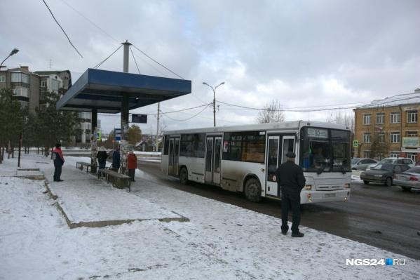 Жители микрорайона предпочитают выходить на улицу Тотмина пешком, а не стоять в пробках в автобусах