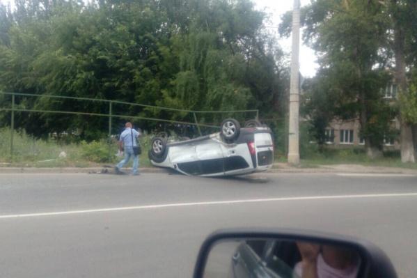 Машину отбросило к обочине проезжей части
