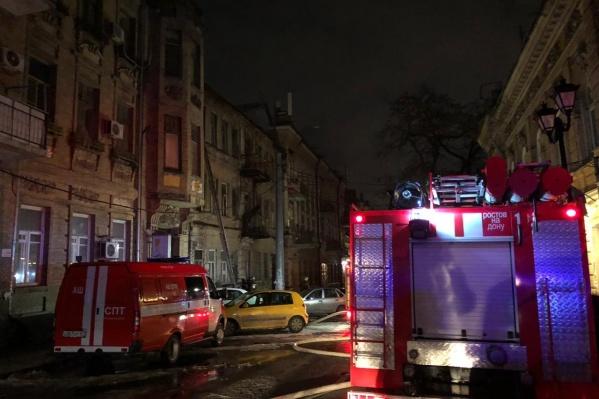 Пожарным потребовалось больше двух часов, чтобы потушить огонь