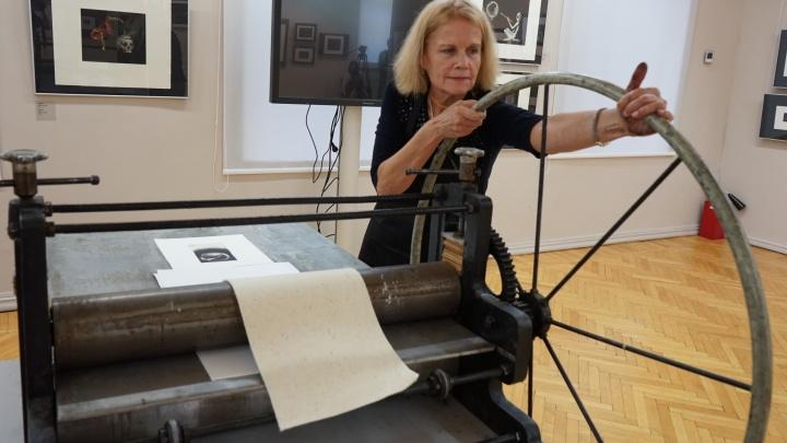 Царапаем, заглаживаем, прокатываем под прессом: учимся печатать картины на медных пластинках