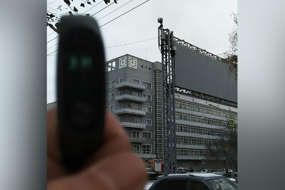 В мэрии объяснили, почему самые известные часы Новосибирска будут и дальше показывать неточное время