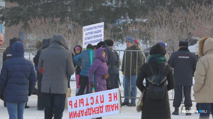 Митинг «За чистое небо» собрал две сотни красноярцев на площади с плакатами