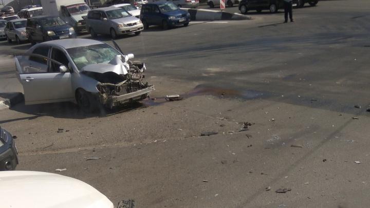 «Тойота» лишилась переда в аварии с полицейским УАЗом