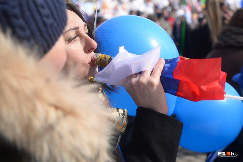 Лайфхак из Екатеринбурга : если завернуть бутылку в триколор, никто не спросит, сколько градусов в ее содержимом