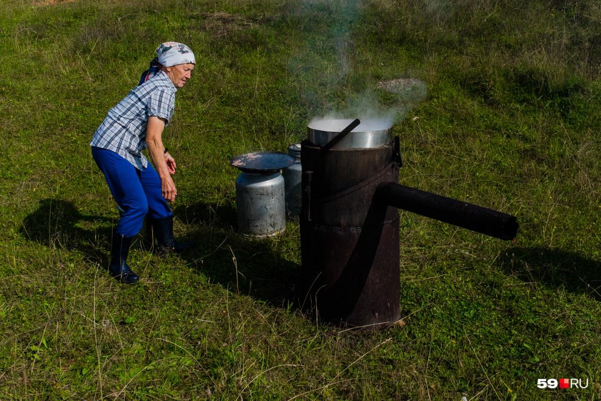 На берегу люди готовили мясо