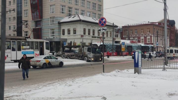 В центре Перми грузовик с прицепом заблокировал движение трамваев