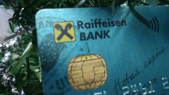 Клиентка Райффайзенбанка неделю пыталась добиться снятия ареста со счета после оплаты долга