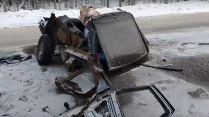 На трассе в Прикамье ВАЗ разорвало пополам: водитель и пассажиры выжили. Видео