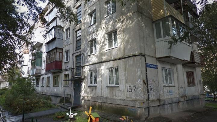 «Товарищ вызвал скорую и полицию»: в подъезде пятиэтажки в районе Теплотеха умер школьник