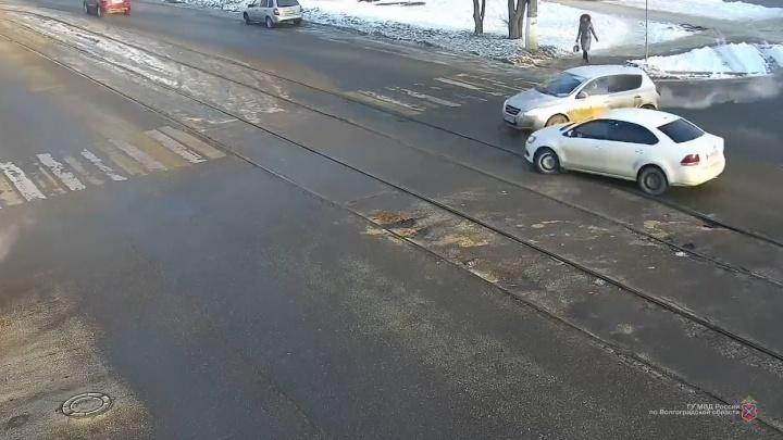 На севере Волгограда мелкое ДТП остановило движение трамваев