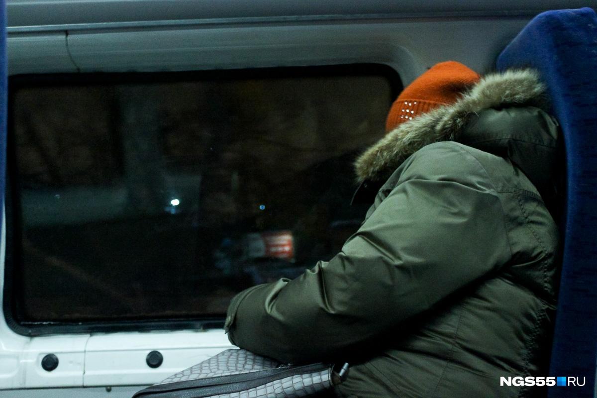 По пути к МСЧ-9 некоторые пассажиры спали. Фото Олега Малиновского