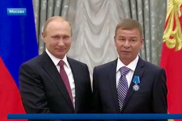 Президент и токарь обменялись рукопожатиями